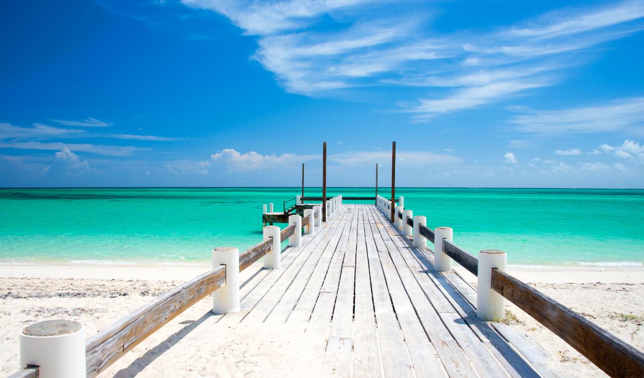 Sandig brygga vid Horse stable beach på North Caicos, Turks & Caicos