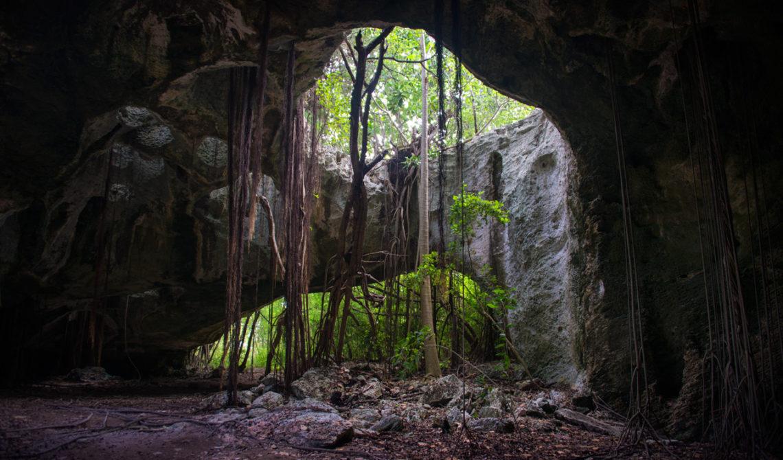 Inne i Indian Cave på Middle Caicos, Turks & Caicos