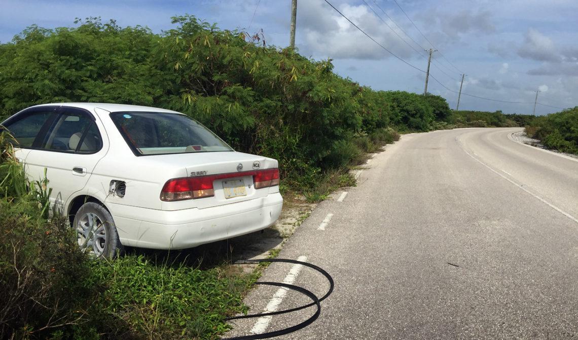 Vår parkeringen vid vägen vid Indian Cave på Middle Caicos, Turks & Caicos