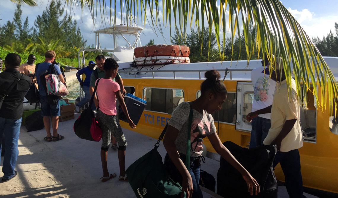 Passagerare kommer med båt till Sandy Point Marina på North Caicos, Turks & Caicos
