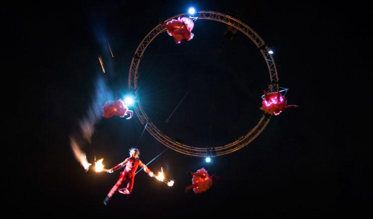 Akrobatik och eldfacklor högt ovanför oss  - Sky Dance högt uppe i skyn, vid The Custom House i Dublin