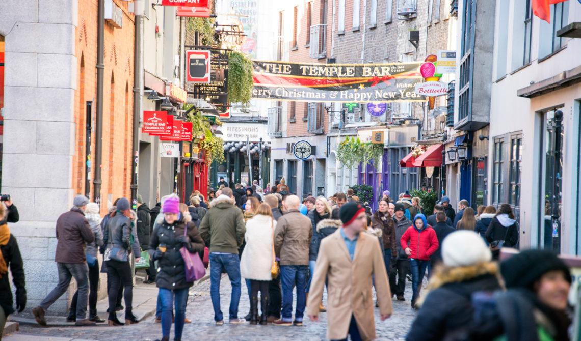 Nyårsdagen längs Fleet Street i Temple Bar Dublin Irland