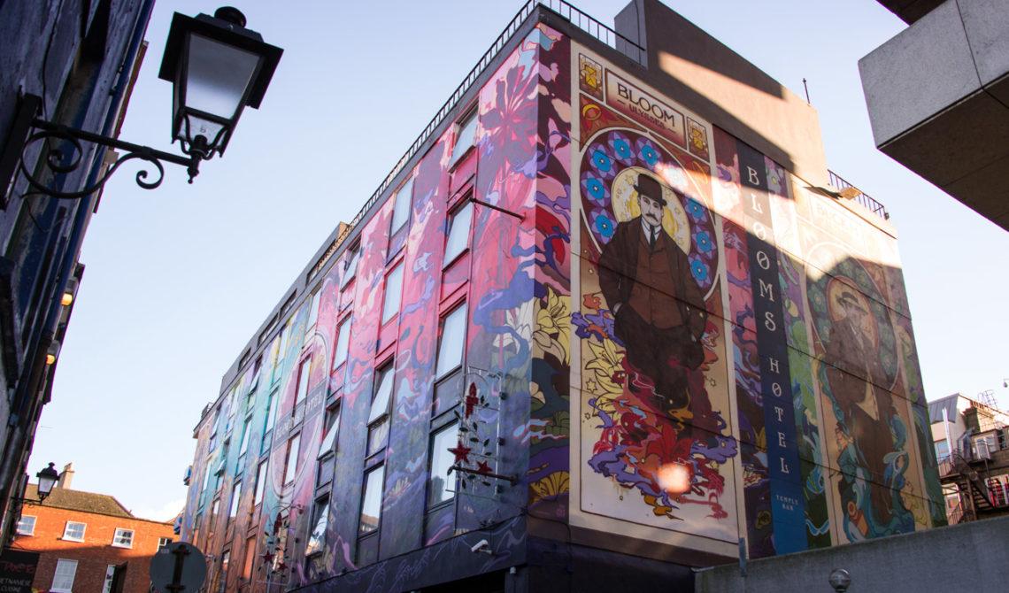 Målad husvägg på Blooms Hotel i Dublin