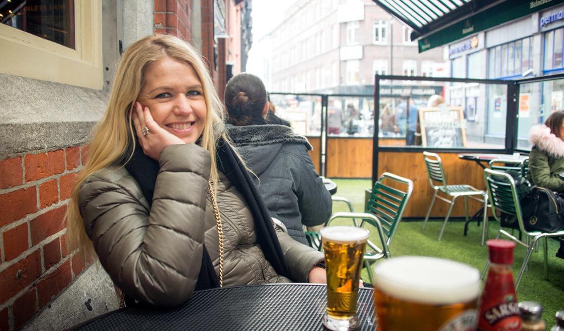 Anki tar en öl på Bruxelles Bar, Dublin Irland