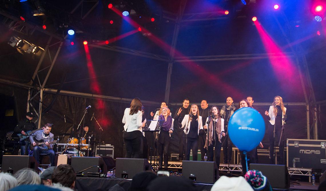 Kör vid konsert på nyårsdagen vid St Stephens Green Park i Dublin, Irland