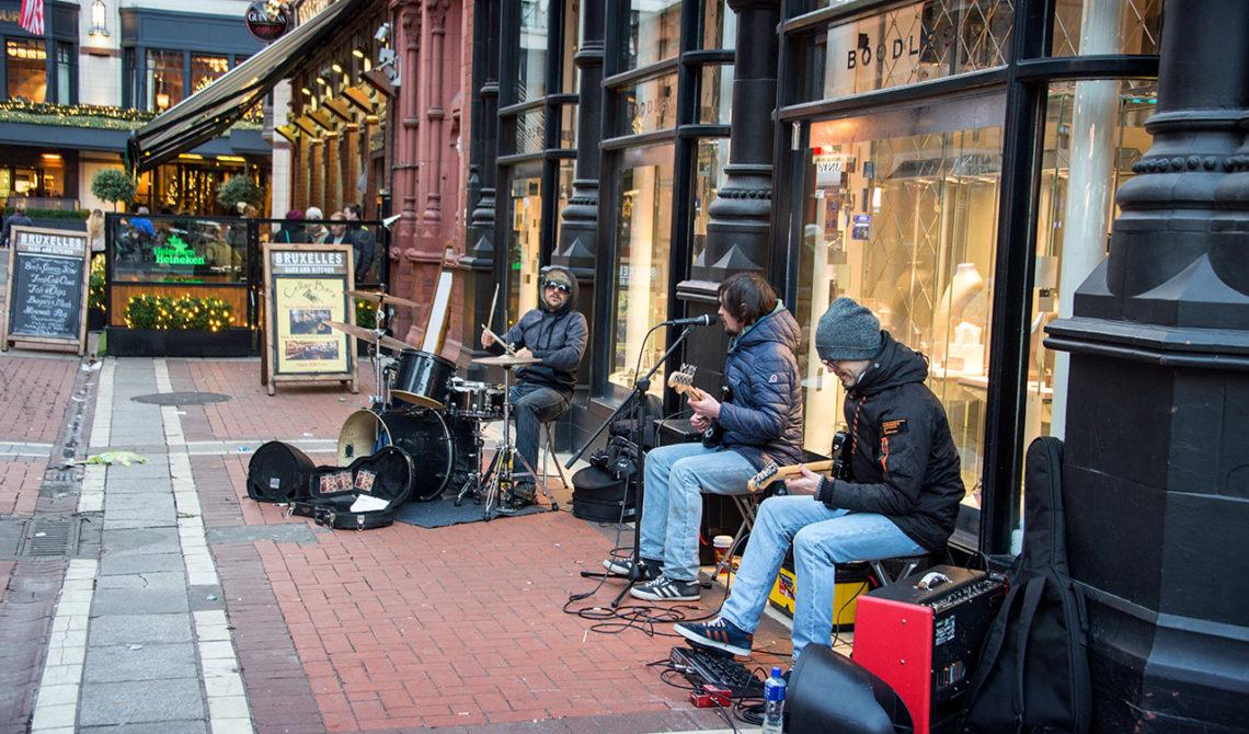 Band lirar rock på Grafton Street i Dublin Irland
