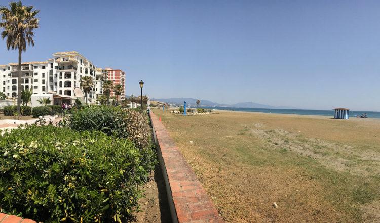 Vy från strandpromenaden mellan La Duquesa i riktning mot Sabinillas