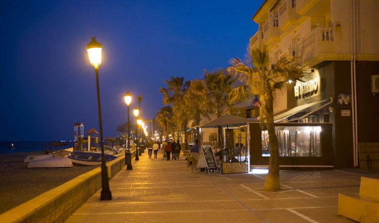 Sabinillas strandpromenad på kvällen