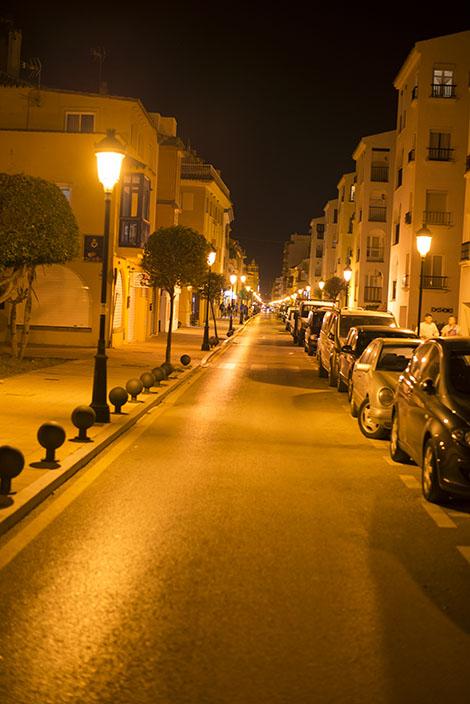 En gata i Sabinillas nattetid