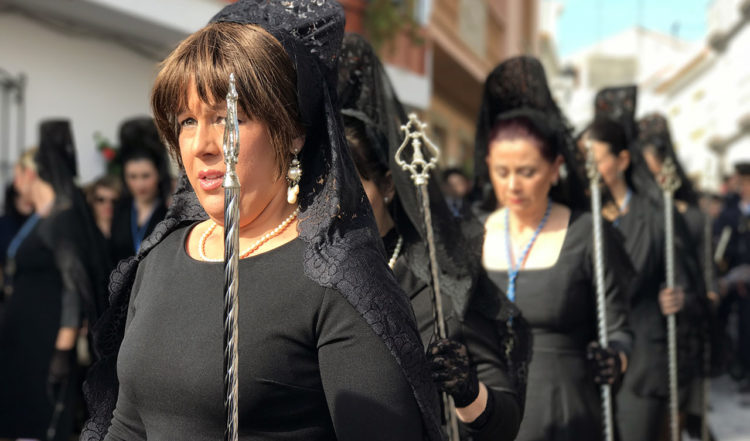 Kvinnor i svart sorgeklädsel under långfredagens första procession i Manilva