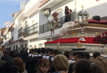 Fredagens procession fortsätter genom smala gator i byn