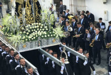Processionen med Senora de las dolores närmar sig slutet av Calle Mar