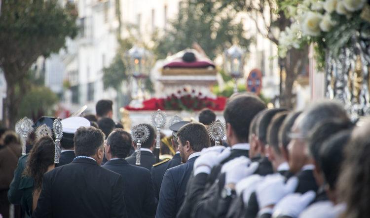 Processionen vänder och går tillbaka mot kyrkan