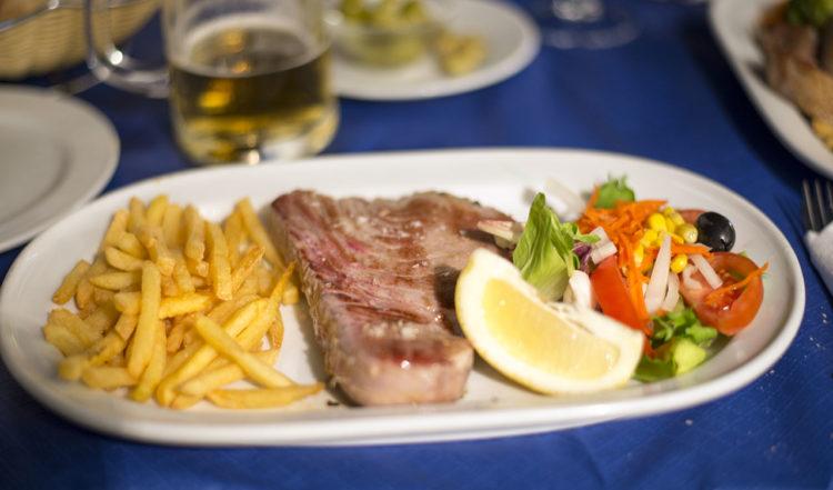 En perfekt stekt tonfisk serverad på Chiringuito Ramos i Sabinillas