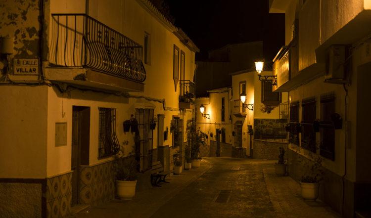 Längst en gata i Manilva nattetid, på väg mot kyrkan