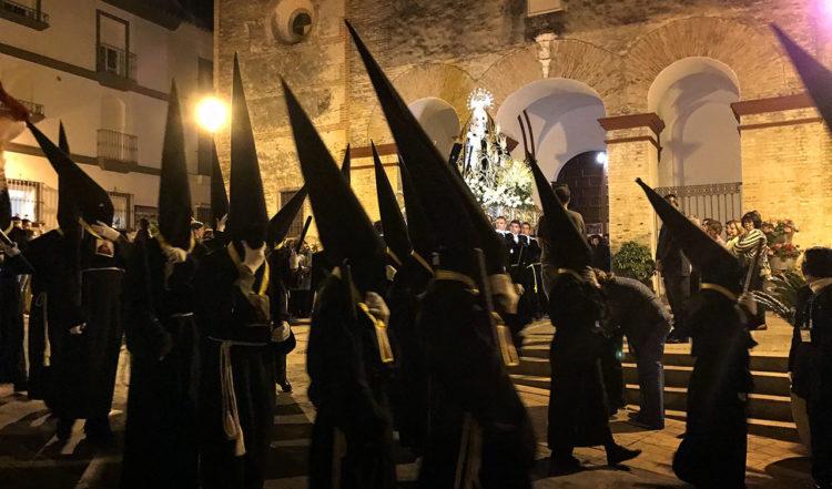 Processen som ska ske i tystnad på väg att starta från Sana Ana kyrka i manilva