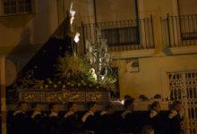 En tyst procession i en mörk by