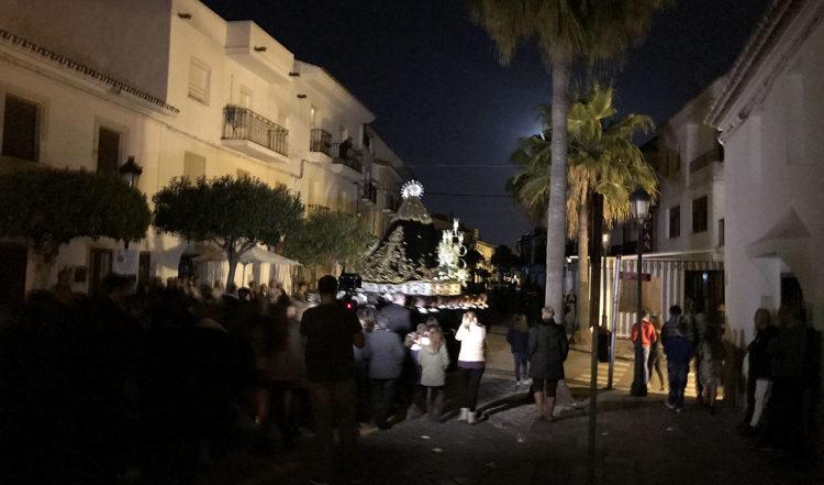 Processionen vänder vid slutet av Calle Mar och går i tysthet tillbaka mot kyrkan