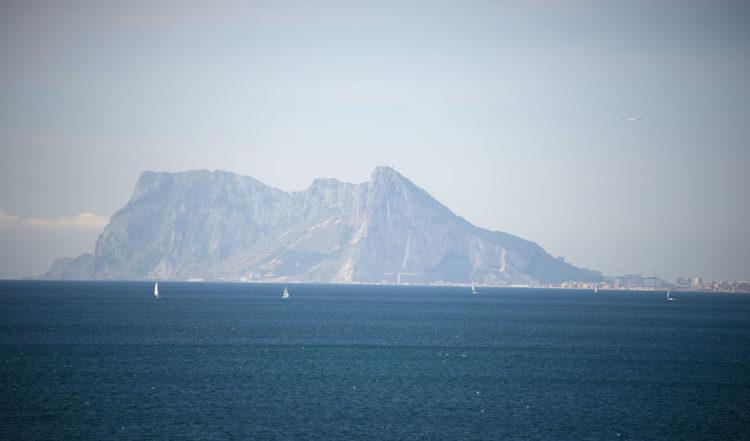Inzooming på Gibraltarklippan sett från Punta Chullera, Manilva