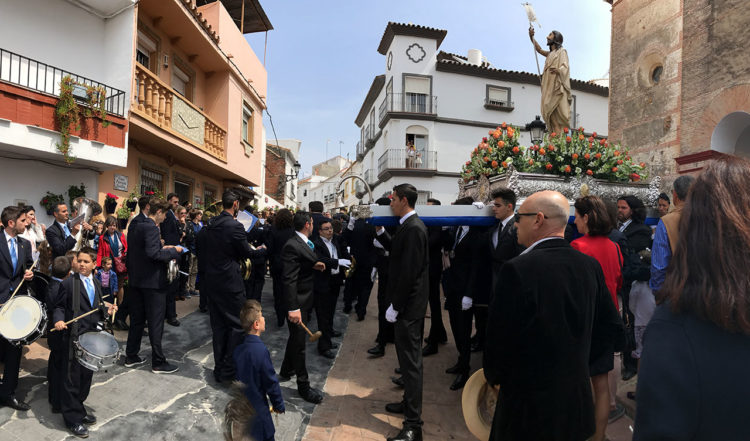 Byborna gör sig redo för en av processionerna under påskhelgen
