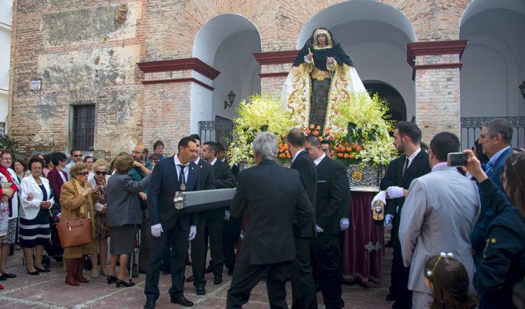 Processionen startar utanför Santa Ana kyrka i Manilva