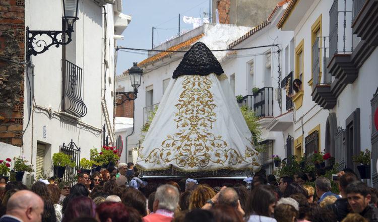 Procession genom byn med Santisimo Cristo och Santisima Virgen del Rosario
