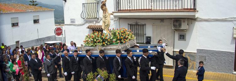 Ena deleav av processionen går in mot Calle Mar i Manilva