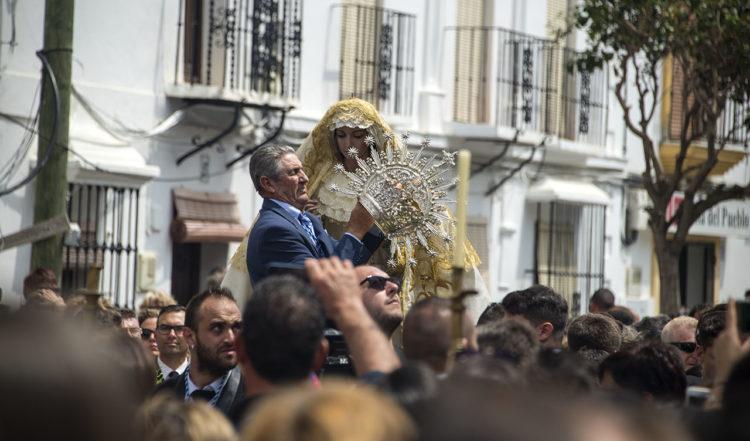 Agustin sätter på en krona på Jungfru Rosario under processionen