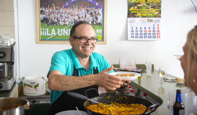 Juan på Bar Castillo hade fullt upp under påskdagen