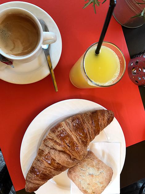 Frukost på Kaempff-Kohler vid marknadstorget i Luxemburg