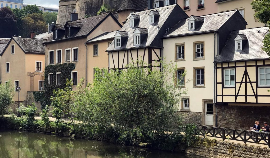 Hus vid floden i gamla stan i Luxemburg