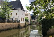 Hus vid floden som går genom Luxemburg gamla stad