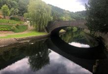 Vacker vy över floden Sauer i Esch-sur-Sûre i Luxemburg