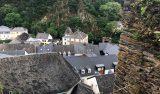 Vy uppe ifrån slottsruinerna Esch-sur-Sûre i Luxemburg