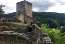 Slottsruiner Esch-sur-Sûre i Luxemburg