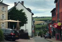 Gata med vy över landskapet runt om staden Wiltz i Luxembourg