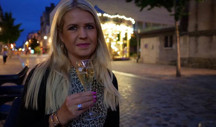 Anki med ett glas Bollinger Champagne på Café Le Gaulois