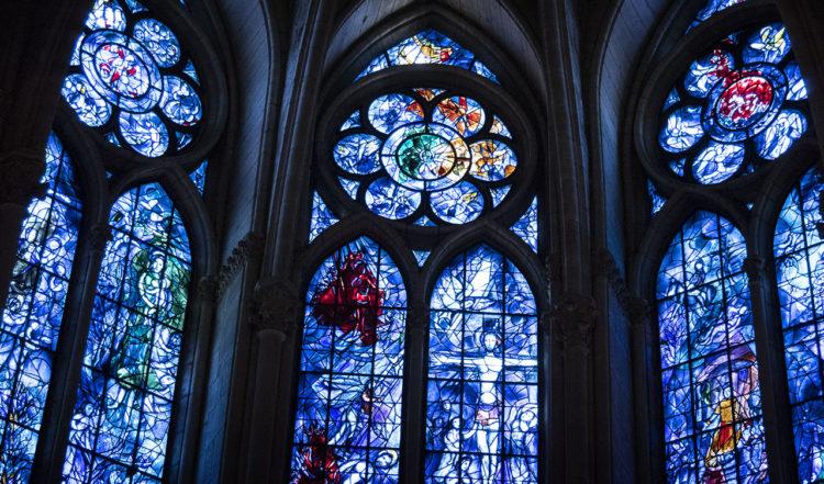 Färgstarka och vackra glasmålningar i Notre Dame katedral i Reims