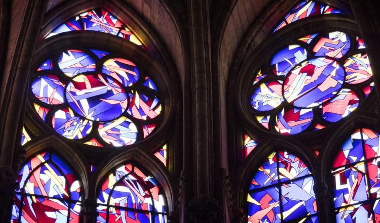 En av många varianter på glasmålningar i Notre Dame katedral i Reims