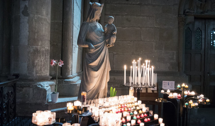 Inne i Notre Dame katedral i Reims