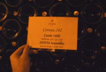 Lappar som visar vilken champagne och hur många flaskor som lagras i denna delen av grottan
