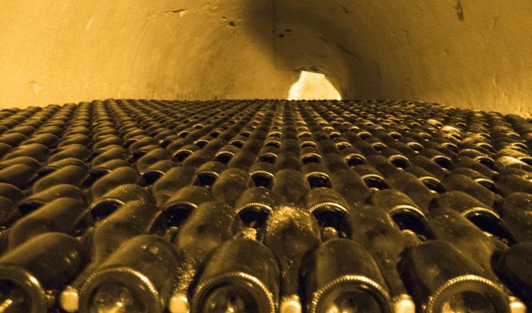 Vi blickar in över mer än 100 000 flaskor Taittinger champagne