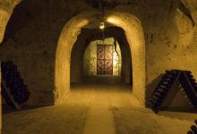 På guidad tur i grottorna till Taittinger champagnehus i Reims