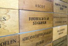 En vägg med namn på hela världens importörer av Taittinger Champagne