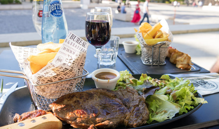 Middag på Au Bureau Restaurant, beläget på torget där Reims mäktiga katedral står