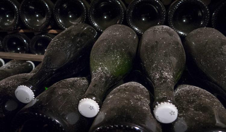 Champagneflaskor i källaren på J. Lassalle i Chigny-les-Roses i Frankrike