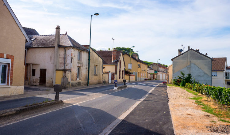 Genom byar och samhällen i champagne regionen i Frankrike