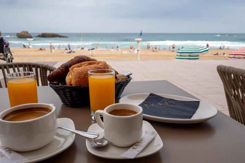 Frukost på Dodin utmed stranden i Biarritz Frankrike
