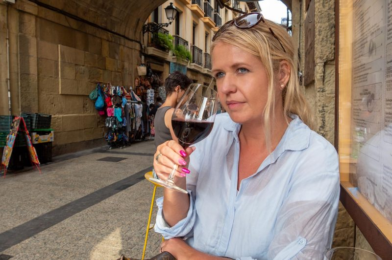 Anki tar ett glas rött på Meson Portaletas, Donostia-San Sebastian
