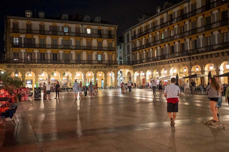 Kväll vid Plaza de la Constitución, San Sebastian - Donostia Spanien